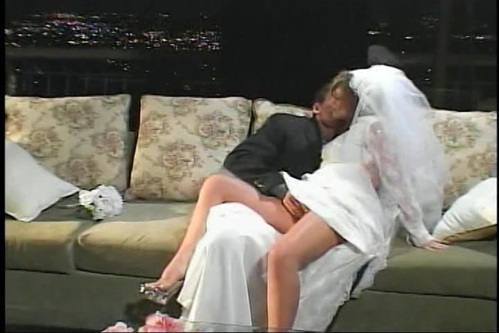Dit net getrouwd stel haalt de slaapkamer niet om te neuken ...