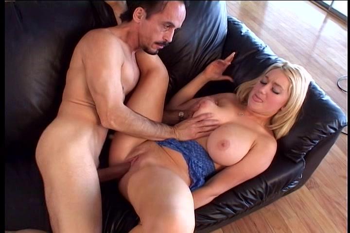 Blonde meid zuigt en laat haar borsten neuken